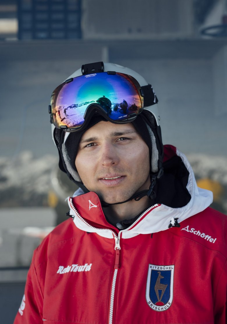 """Philip ist 27 Jahre alt und kommt aus Polen. Dort fährt er im Sommer Taxi und träumt von den Bergen. Den Winter über verbringt er dann in Kitzbühel und gibt Unterricht in der """"Roten Teufel""""-Skischule. Seit ein paar Jahren lebt er dieses Doppelleben. Auch kommende Saison will er wieder da sein: """"Bin schon gebucht!"""""""