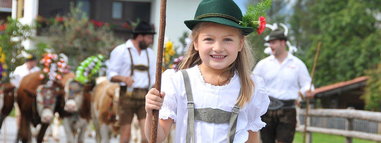 Früh übt sich, wer einmal Senner werden will: Beim Almabtrieb in Reith im Alpbachtal marschieren die Kinder mit, © Grießenböck