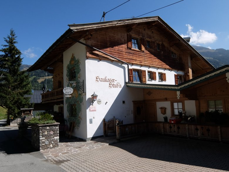 Etwas versteckt aber sehr einfach zu erreichen – der Gasthof Saukaser Stubn bei Jochberg.