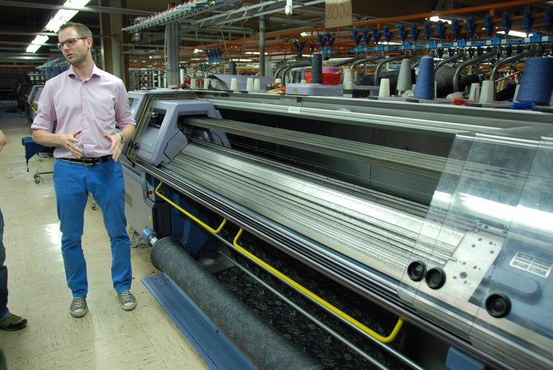 Peter Geiger führt uns durch die Produktionshalle seiner Firma in Schwaz. (Foto: Michael Gams)