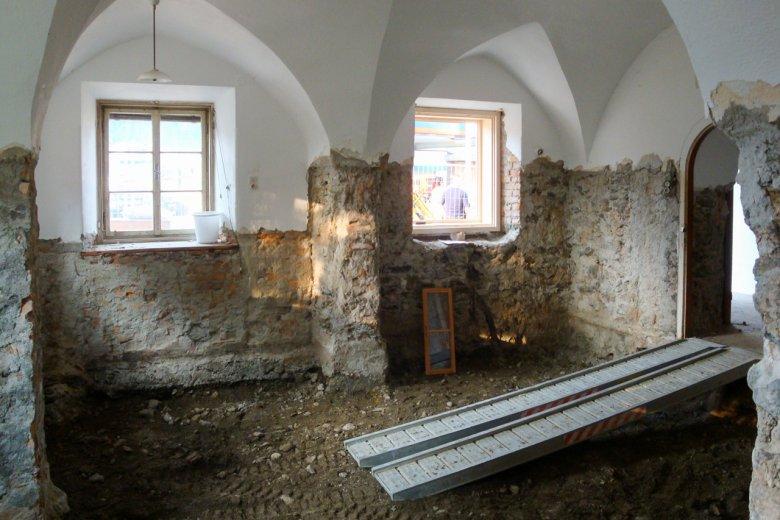Bis zum Umbau hatte der Hof kein Fundament, stattdessen eine zwei Meter dicke Humusschicht unter den Grundmauern. Foto: Thomas Unterweger