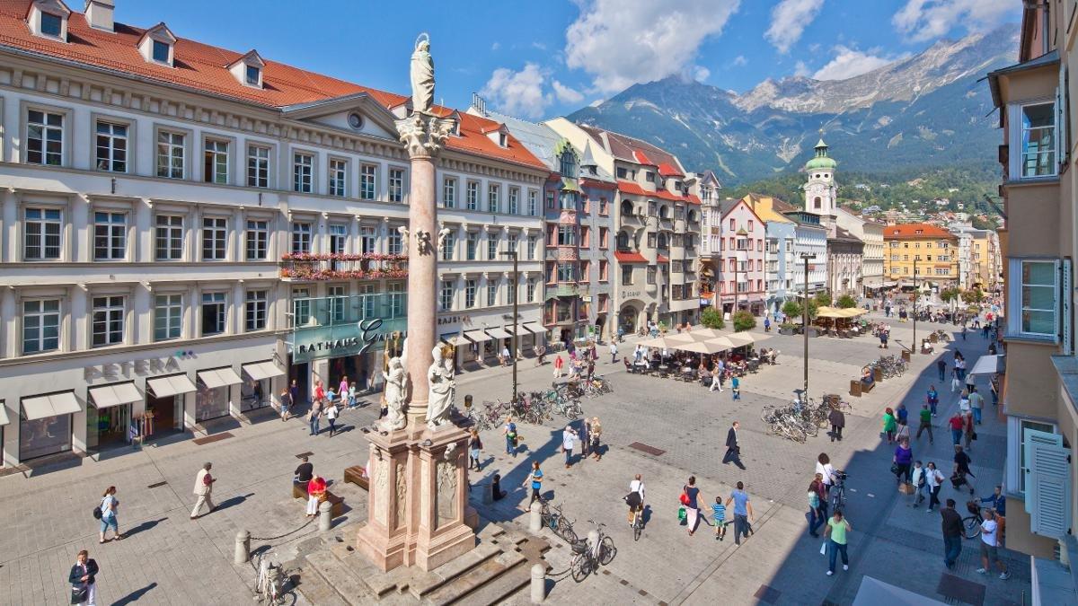 Innsbruck ist groß genug für eine quicklebendige Prachtstraße mit allen dazugehörigen Einkaufs- und Gastronomiemöglichkeiten. Und klein genug dafür, dass man als Einheimischer in der Maria-Theresien-Straße zu jeder Tageszeit Bekannte trifft., © Innsbruck Tourismus