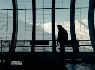 Typisch für Sölden: Die gelungene Mixtur aus moderner Bergbahn-Architektur und Wintersport inmitten von Dreitausendern.