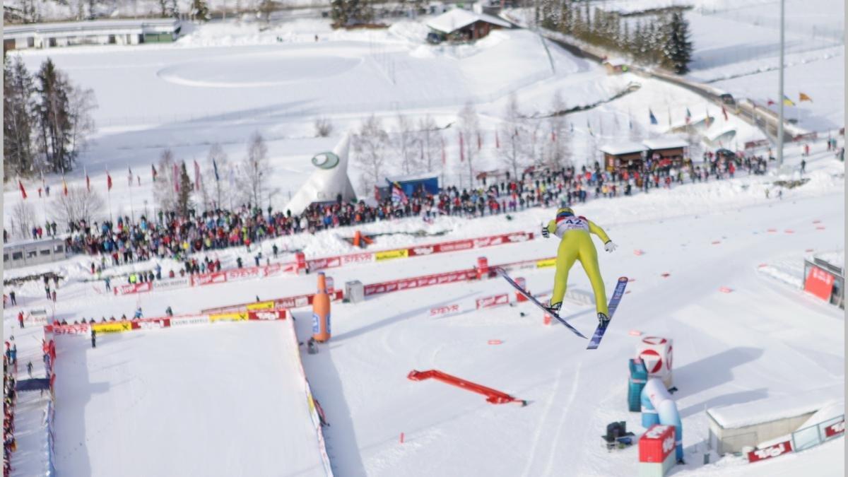 Skispringer aus aller Welt nützen die beiden Sprungschanzen zum Trainieren; Nordische Kombinierer, die in der Langlaufloipe ebenso kompetent sind wie auf der Sprungschanze, tragen hier regelmäßig Wettbewerbe aus., © GP Photo 2013