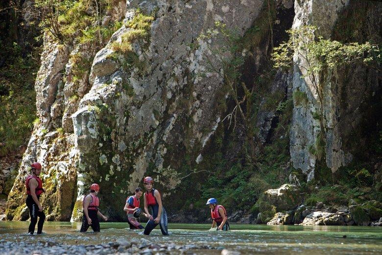 Ob treiben lassen oder aktiv paddeln, mit dem Kanu gehts die Ache flussabwärts. , © Tirol Werbung, Bernd Uhlig