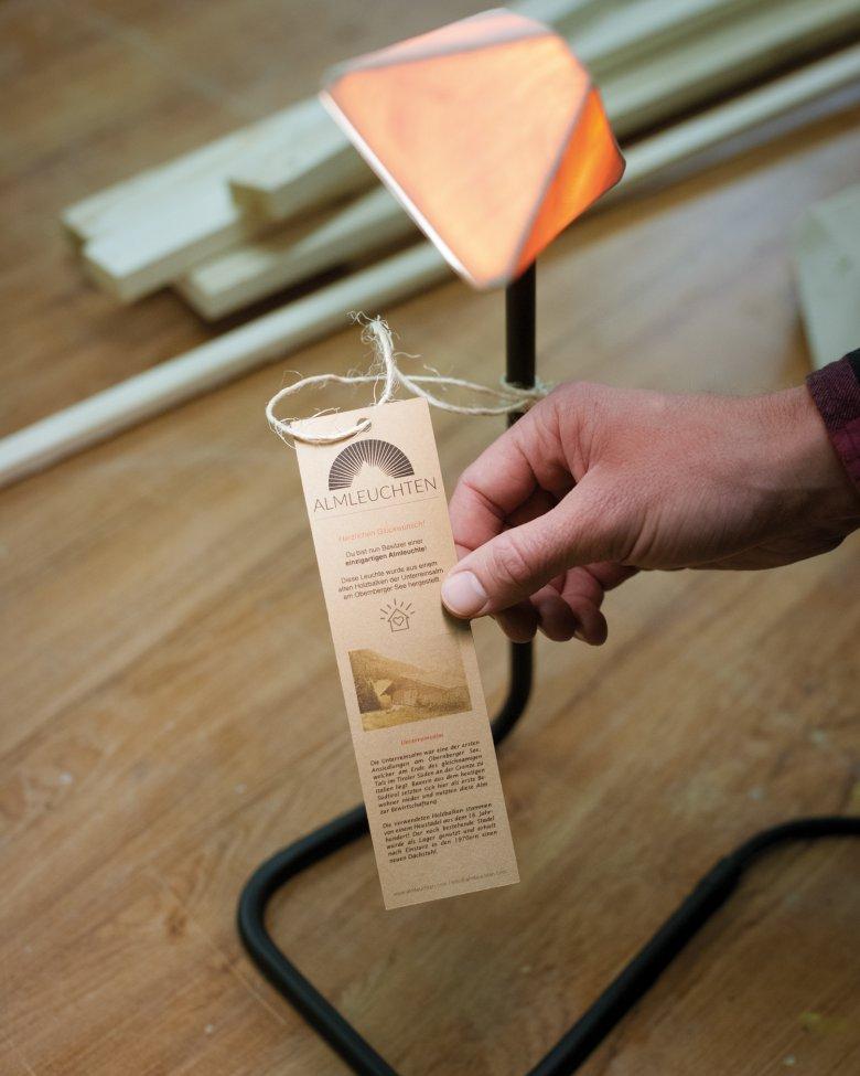 Das Schild an jeder Lampe verrät die Herkunft des Rohmaterials.
