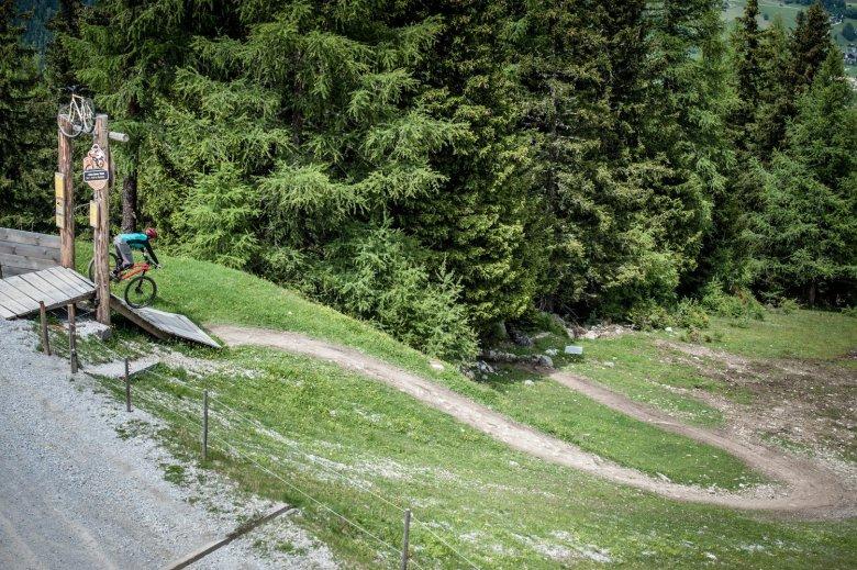 Der Start des EinsEinser Trails unterhalb der Bergstation ist nicht zu übersehen.