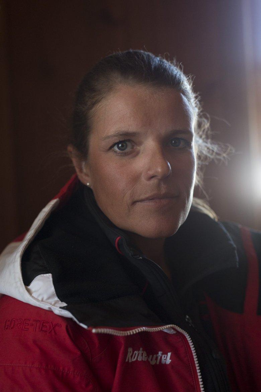 """Jacky ist Skilehrerin bei den """"Roten Teufeln"""" in Kitzbühel. Ihr wurde das Skifahren quasi in die Wiege gelegt. Sie erzählt, sie sei über zwei Ecken mit Toni Sailer verwandt. Im Winter arbeitet sie als Skilehrerin, im Sommer in einem Fahrradgeschäft in Kössen, """"das geht sich gut aus"""". Ihre Kurse hält sie meistens auf Englisch: 60 Prozent ihrer Schüler sind Engländer und Iren."""