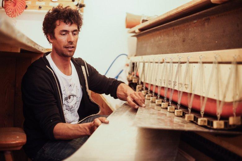 Auf seine selbst gebaute Snowboardpresse ist Benoît besonders stolz.