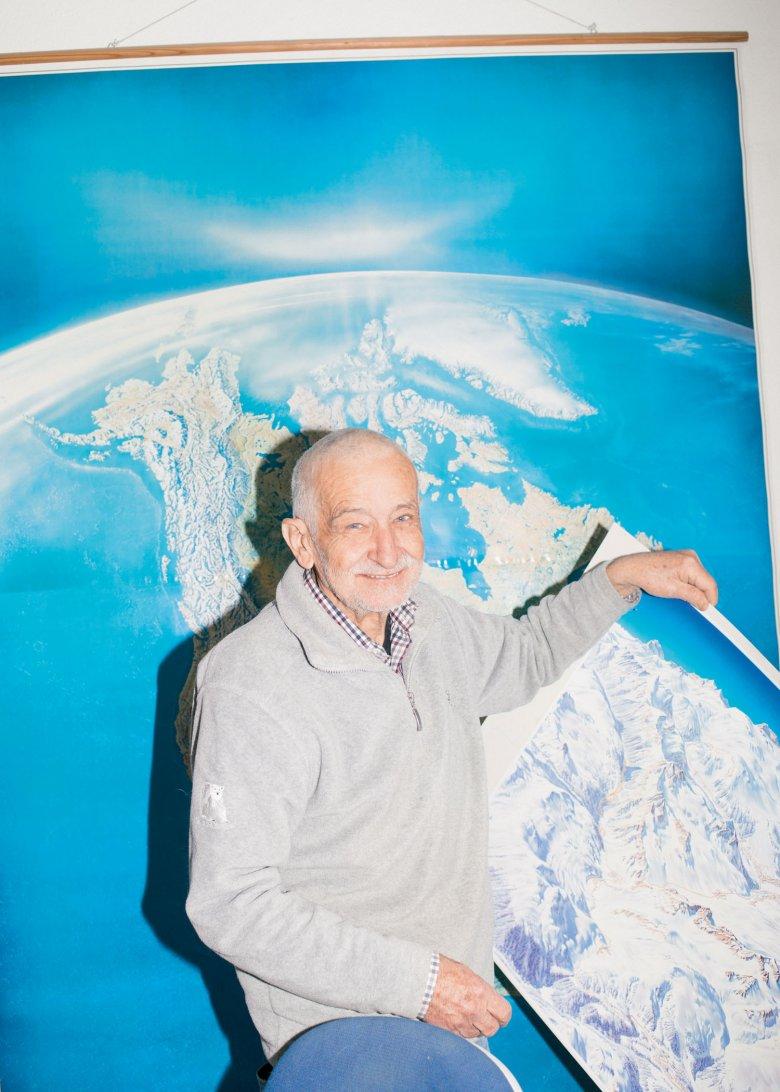 Heinz Vielkind in seinem Atelier in Innsbruck. Die Skizze entsteht per Bleistift. Ausgemalt wird dann mit Gouachefarben.