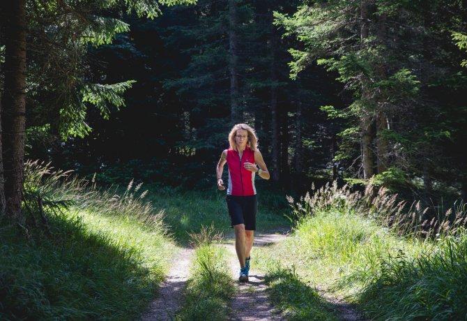 Barbara Graf auf ihrer gewohnten Laufstrecke, © Tirol Werbung/Bert Heinzlmeier