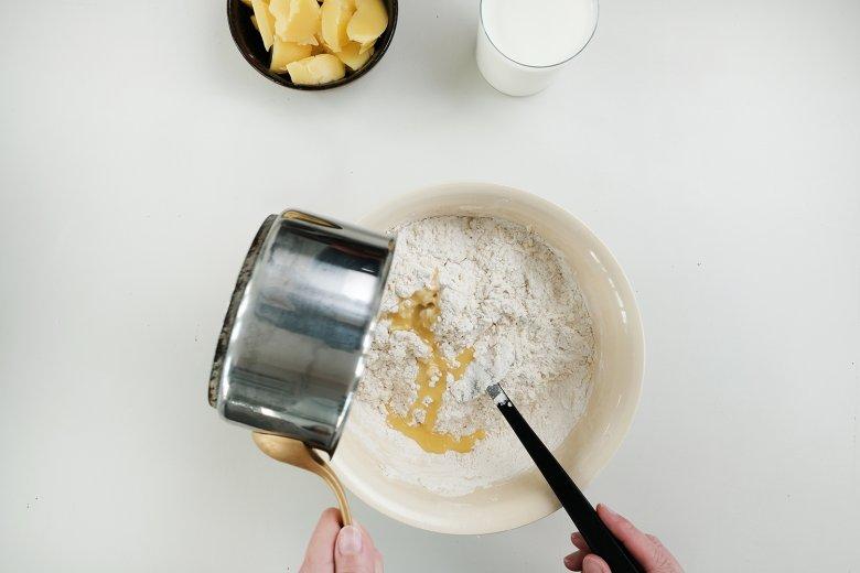 Inzwischen in einem separaten Topf Butter zerlassen und zurEier-Mehl-Mischung geben.