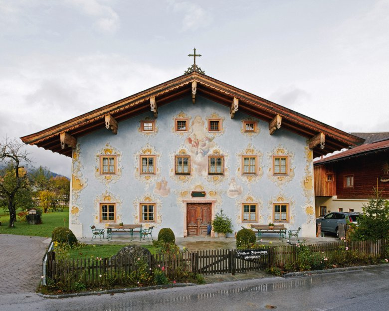 Ein Haus wie eine feine Torte: Außen ist das zweistöckige Haus prachtvoll verziert, Lüftlmalereien aus dem 18. Jahrhundert schmücken die Hausfront.