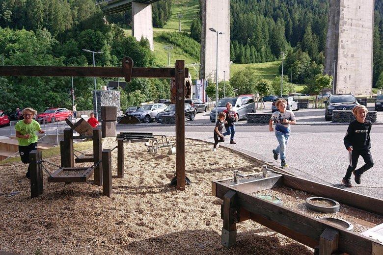 An trockenen Tagen verspricht der Steinspielplatz viel Wasserspaß. , © Tirol Werbung, Julia König