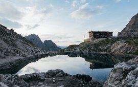 Die Karlsbader Hütte am Laserzsee. Foto: Alpin Plattform Lienz / Sam Strauss Fotografie. , © Alpin Plattform Lienz / Sam Strauss Fotografie