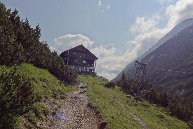 Vor dem Anstieg noch schnell auf eine Stärkung im Solsteinhaus. , © Tirol Werbung, Katleen Johne