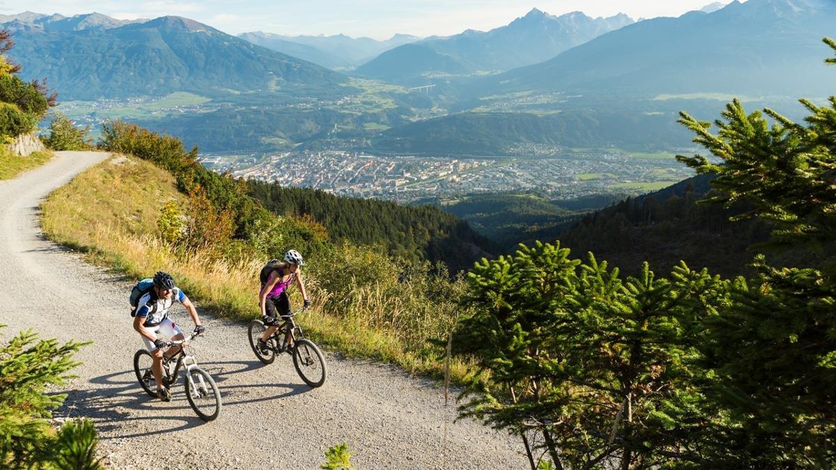 Die Nordkette ist der Innsbrucker liebster Freizeitort – von gemächlichen Waldspaziergängen bis zu halsbrecherischen Downhill-Abenteuern auf dem Mountainbike und einer herausfordernden Skiabfahrt durch die Karrinne kann man hier alles erleben., © Innsbruck Tourismus