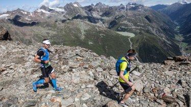 Trailrunner auf der Mittagskogelscharte hoch über dem Pitztal, © Robert Kampczyk / trailstripsrelax.de
