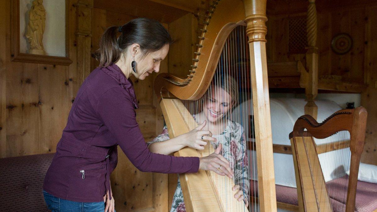 Annemarie Fritz ist Musikschullehrerin und bietet ihren Gästen Harfenferien an., © Tirol Werbung/Lisa Hörterer