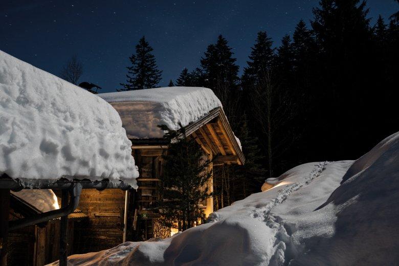 Spuren eines Jahrhundertwinters: Die Gföllhütte verschwindet unter den Schneemassen.