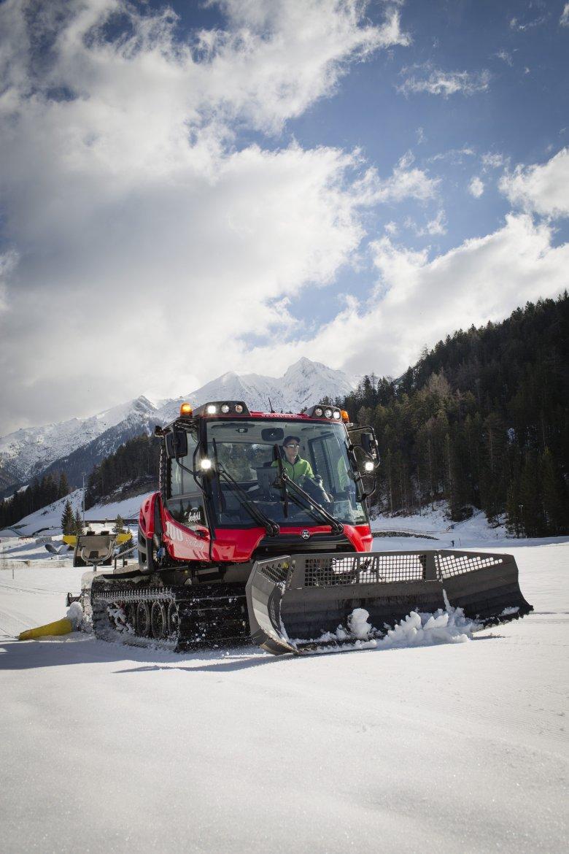 Seefeld ist die (!) Adresse zum Langlaufen in Tirol, 2019 finden hier sogar die Nordischen Ski-Weltmeisterschaften statt. Die Top-Infrastruktur zeigt sich unter anderem bei speziellen Loipenbullys oder dem eigenen Loipennotruf.